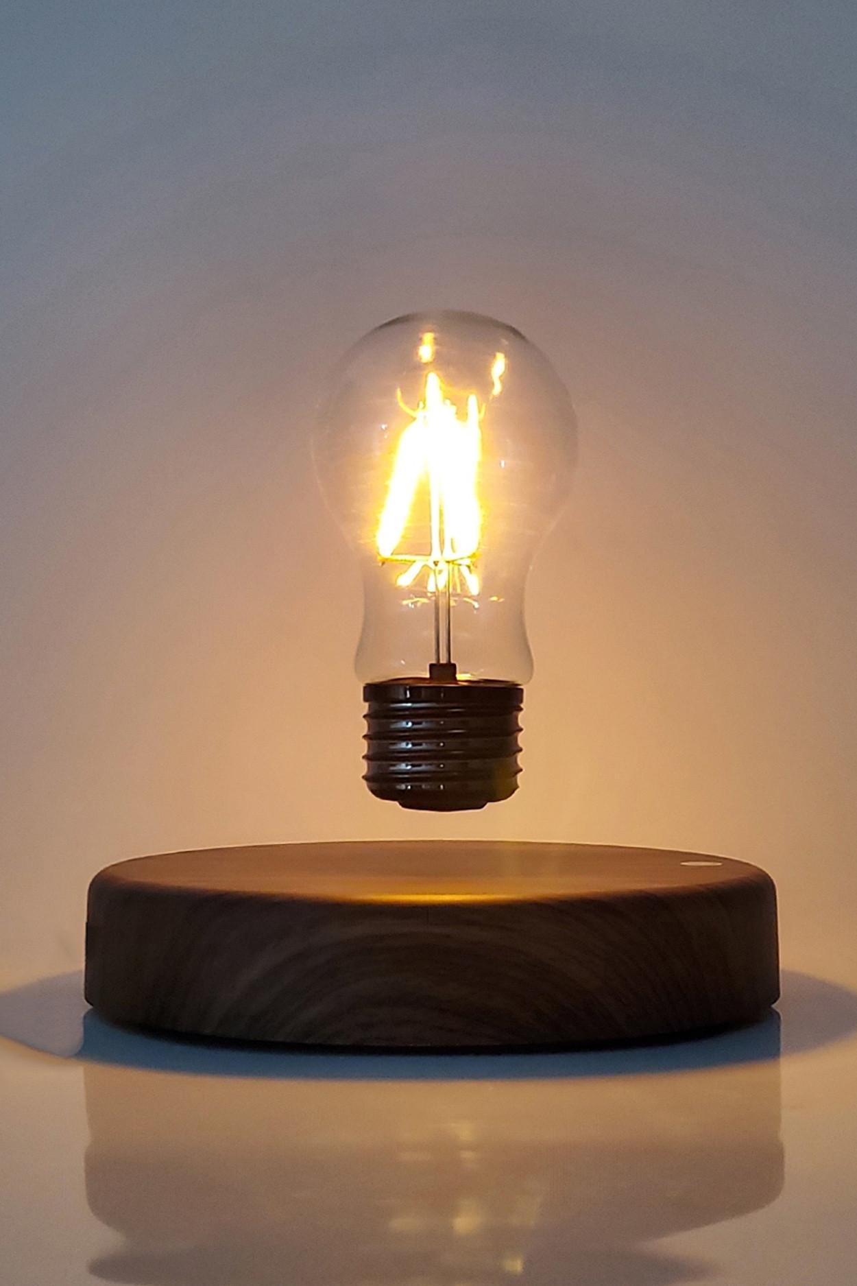 Левитирующая лампочка на круглой платформе