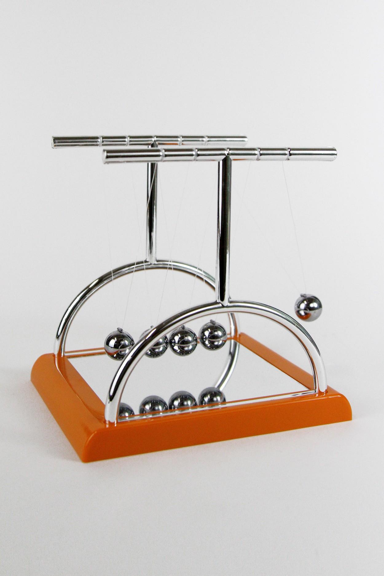 Кинетический маятник Ньютона  T3 18см оранжевый